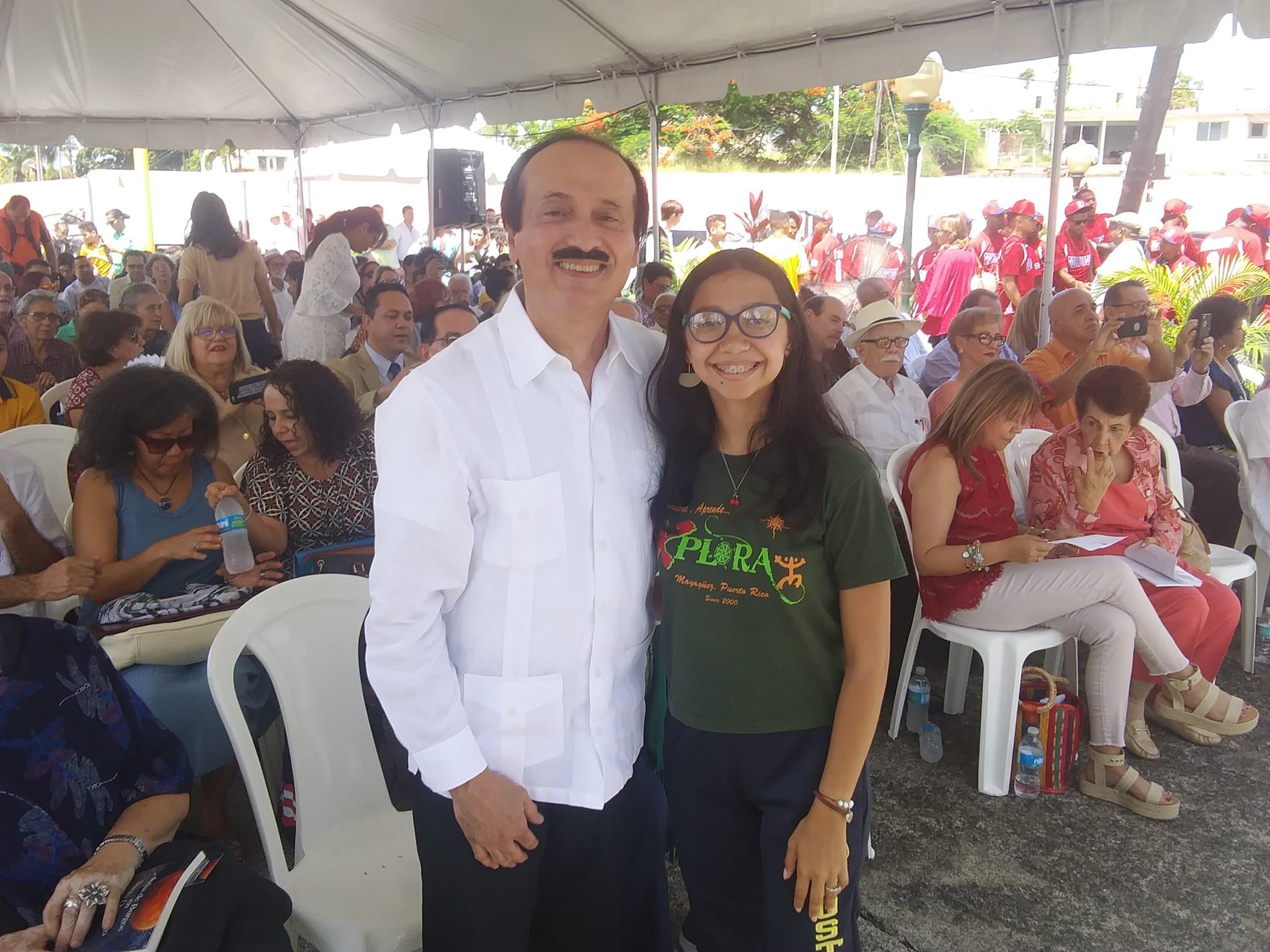 El alcalde de Mayagüez. José Guillermo Rodríguez junto a la joven Pionera.